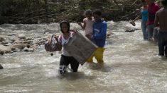 Refugiados de Venezuela cruzando la frontera