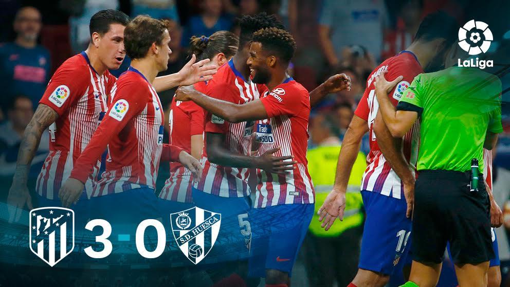Los jugadores del Atlético celebran uno de los goles ante el Huesca.
