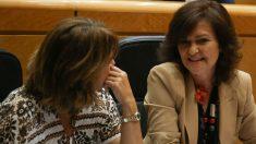 Carmen Calvo con Dolores Delgado en el Senado (EP).
