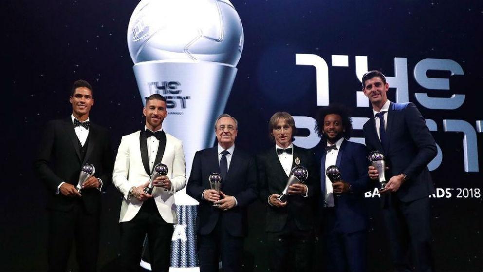 Florentino Pérez con los premiados del Real Madrid en los The Best