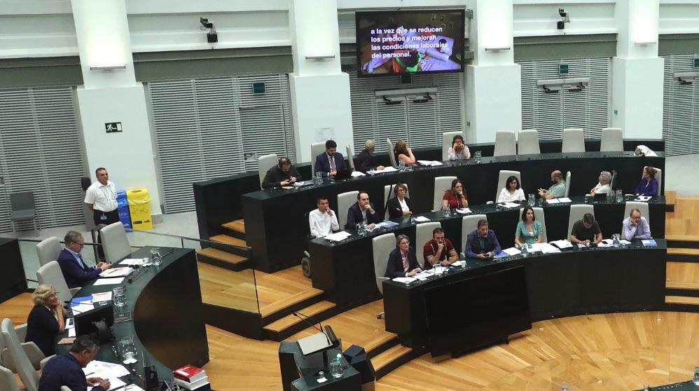 Manuela Carmena presidiendo el Debate sobre el Estado de la Ciudad contemplando uno de los vídeos. (Foto. Madrid)