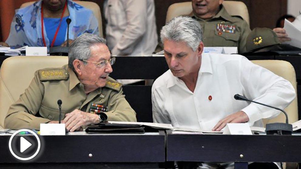 Miguel Díaz-Canel, dictador de Cuba, y su antecesor, Raúl Castro. (Foto: AFP)