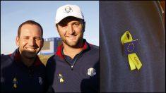 Los españoles Jon Rahm y Sergio García lucen el lazo amarillo con el nombre de Celia Barquín.