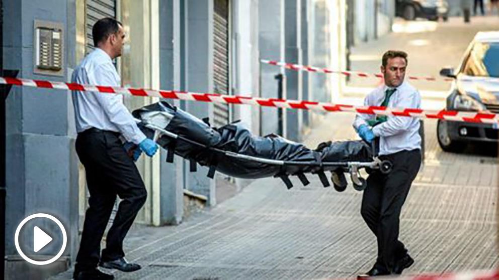 Operarios de los servicios funerarios retiran el cuerpo de una mujer hallada sin vida por agentes de la Ertzaintza en su vivienda de Bilbao (EFE).