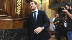 El presidente del PP, Pablo Casado, a su entrada hoy al hemiciclo (Foto: Efe)