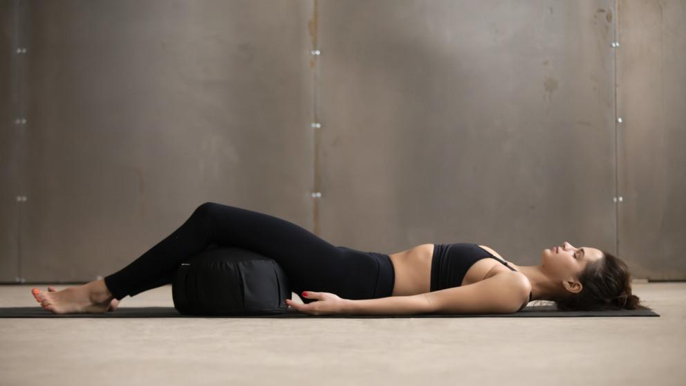 El cojín de yoga es que usa para sentarse o estirarse durante la meditación.