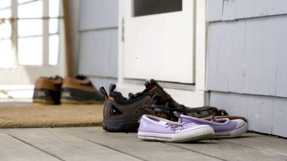 La ciencia muestra por qué dejar el calzado en la puerta de casa