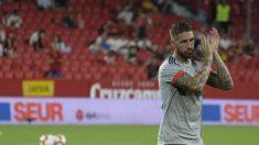 Sergio Ramos, aplaudiendo al saltar a calentar al Pizjuán (LaLiga).