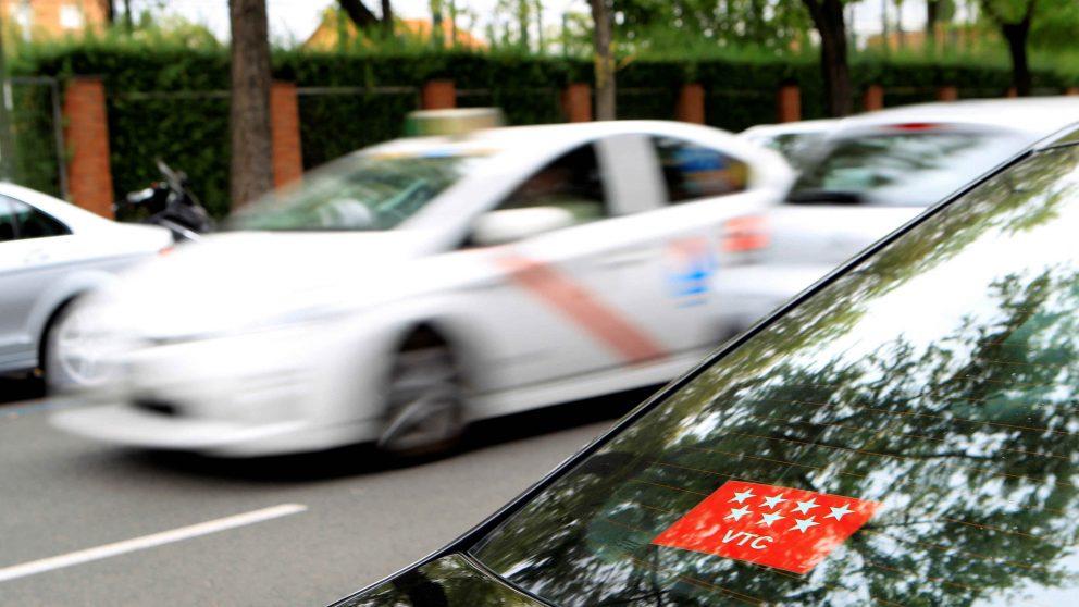 Un taxi frente a vehículos de VTC