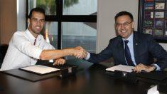 Busquets y Bartomeu, después de la firma del contrato. (Fútbol Club Barcelona)