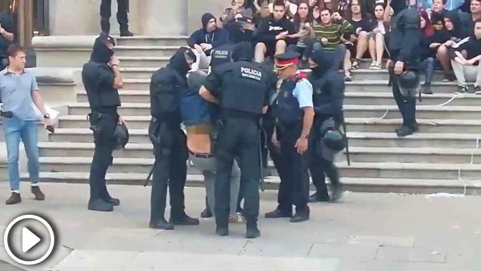 Carles Riera es desalojado por los mossos a las puertas del TSJC