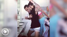 Dani Alves y Joana Sanz bailan en el baño.