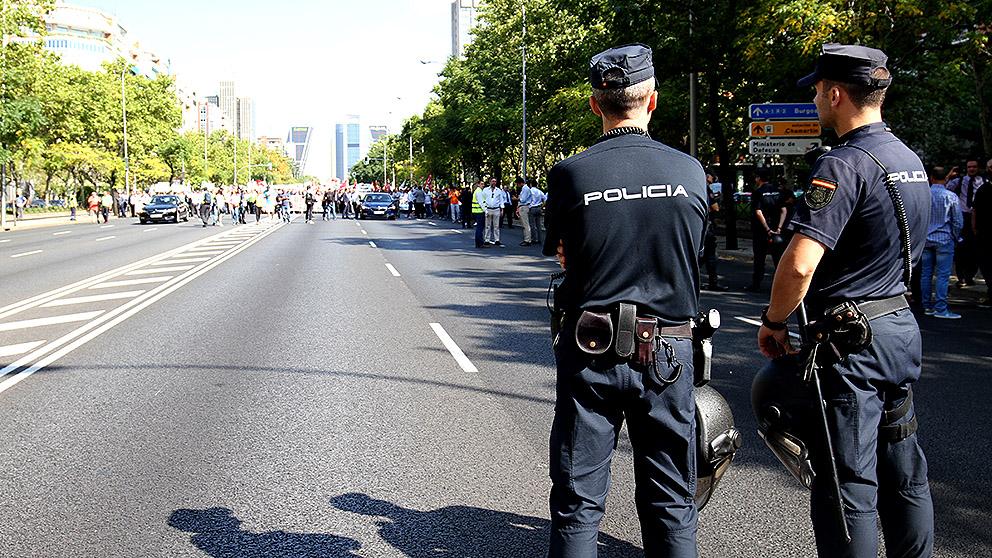 Policías vigilan una manifestación. (Foto: E. Falcón)