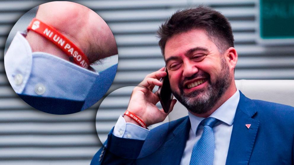 El concejal Carlos Sánchez Mato con la pulsera de 'Ni un paso atrás' en el Pleno de Cibeles. (Foto. Chema Barroso)