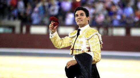 Pablo Aguado pasea la oreja cortada este viernes en Las Ventas (Foto: EFE).