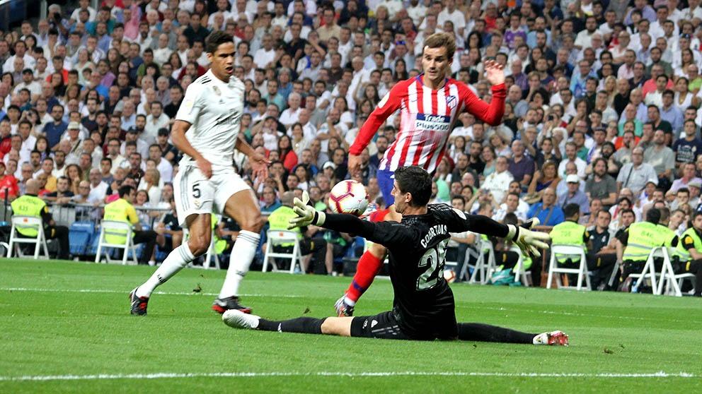 Courtois evita un gol de Griezmann. (Enrique Falcón)