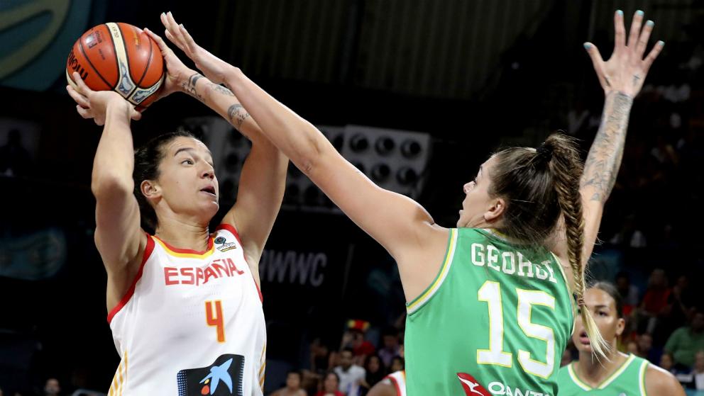 La española Laura Nicholls intenta lanzar ante la australiana Cayla George. (EFE)