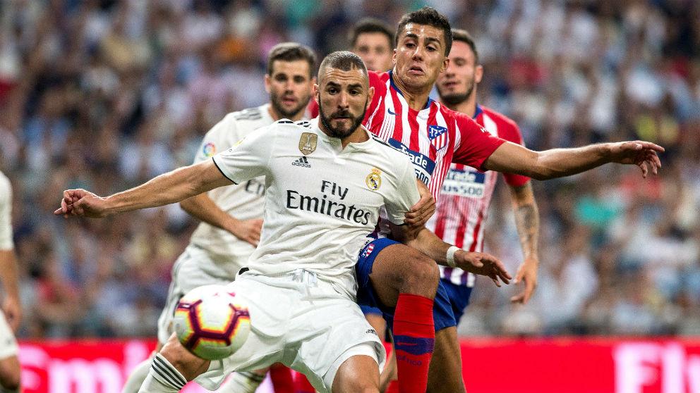 Benzema disputa un balón con Rodrigo. (EFE) | Resultado Real Madrid – Atlético de Madrid