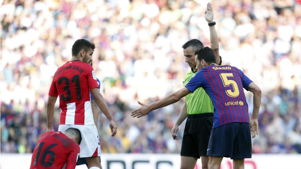 Sergio Busquets protesta una acción durante el Barcelona – Athletic. (AFP)