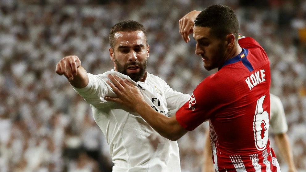 Carvajal y Koke pelean por un balón en el derbi madrileño. (EFE)