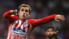 Griezmann pelea un balón durante el Real Madrid – Atlético. (AFP)