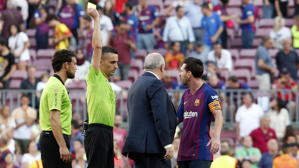 Leo Messi, en el momento de la protesta al árbitro (AFP)