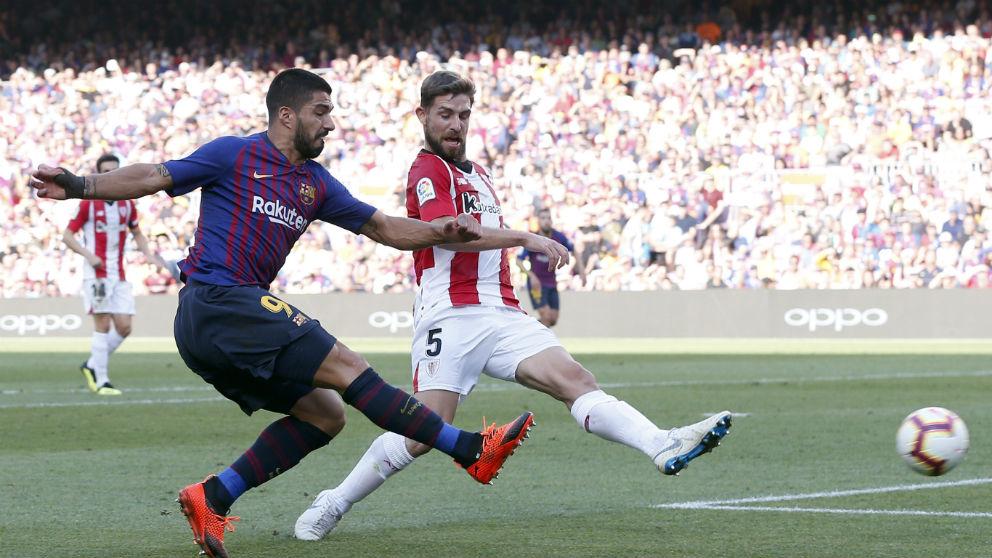 Luis Suárez dispara a puerta ante el Athletic. (AFP)