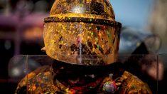 Un agente de los Mossos lleno de pintura lanzada por radicales. (Foto: EFE)
