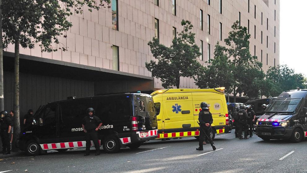 Mossos d'Esquadra en una actuación con ambulancia en Cataluña.