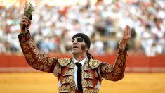 Padilla pasea la oreja cortada este sábado en Sevilla (Foto: EFE).