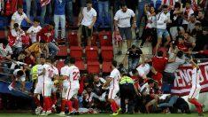 Susto en el estadio de Ipurúa en el partido entre Eibar y Sevilla. (EFE)