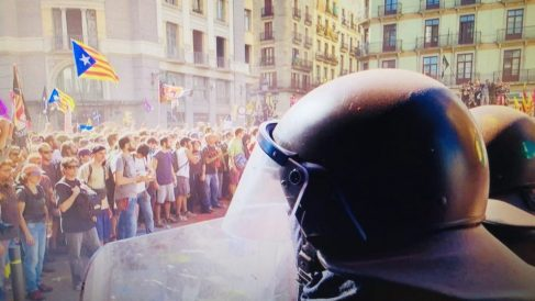 Un Mosso dEsquadra aguanta ante los radicales independentistas.