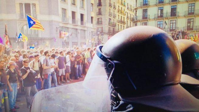 Los Mossos protegen a los radicales independentistas contra la Policía: tienen la orden de no intervenir