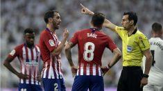 Godín y Koke protestan al árbitro. (AFP)