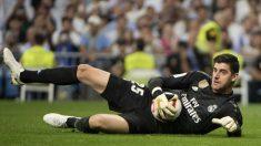 Courtois atrapa un balón durante el derbi (AFP).