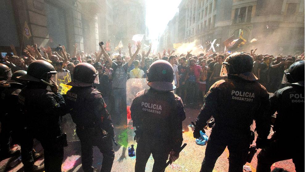 Los Mossos frente a una manifestación independentista en Barcelona (Foto: EFE).