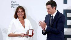 Hélène Davó recibe la condecoración de manos de Pedro Sánchez. Foto: EFE