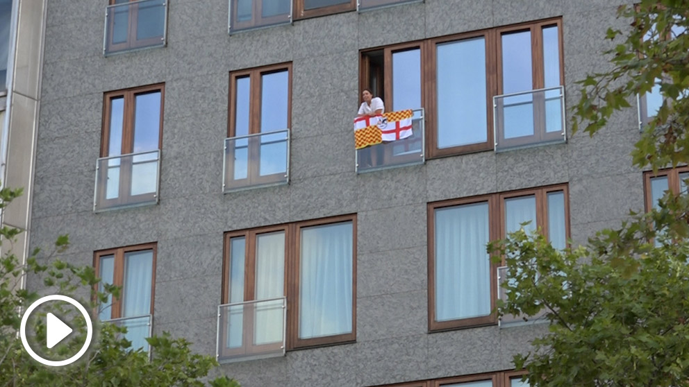 Una mujer con una bandera de Tabarnia en su balcón es increpada por los independentistas en Barcelona