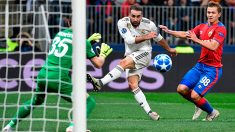 Carvajal intenta batir a Akinfeev. (AFP)