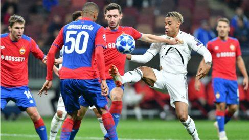 Mariano pelea por un balón. (AFP)