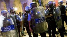 Los Mossos d'Esquadra tratan de contener a los radicales en el aniversario del 1-O. (Foto: EFE)
