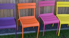 Las sillas de plástico se pueden pintar fácilmente y de forma original