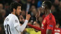 Dani Parejo y Paul Pogba, en el partido en Old Trafford. (AFP)