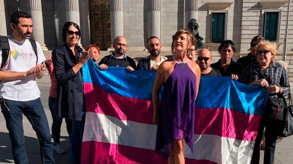 Activistas por la 'Ley Trans' inician una huelga dehambre frente al Congreso exigiendo a Pablo Iglesias que inicie el debate sobre la ley que su formación propuso. Foto: Europa Press