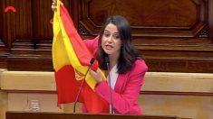 Inés Arrimadas saca una bandera de España en el Parlament de Cataluña