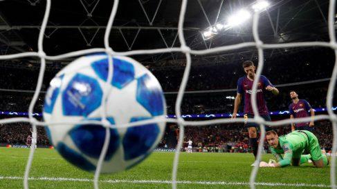 Ter Stegen mira el balón en el fondo de la red. (AFP)