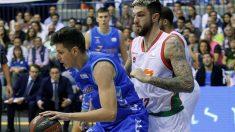 Goran Huskic, del San Pablo Burgos, controla el balón ante Vincen Poirier, del Kirolbet Baskonia (Foto: EFE)