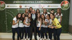 El presidente de Iberdrola, Ignacio Galán, con las jugadoras de la selección española absoluta de hockey hierba, medalla de bronce en el reciente Campeonato Mundial