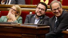 El presidente de la Generalitat de Cataluña, Quim Torra, su vicepresidente, Pere Aragonès, y la portavoz del Govern, Elsa Artadi. (Foto: AFP)