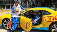 Ronaldinho posa junto al piloto brasileño Lucas Foresti. (Twitter)